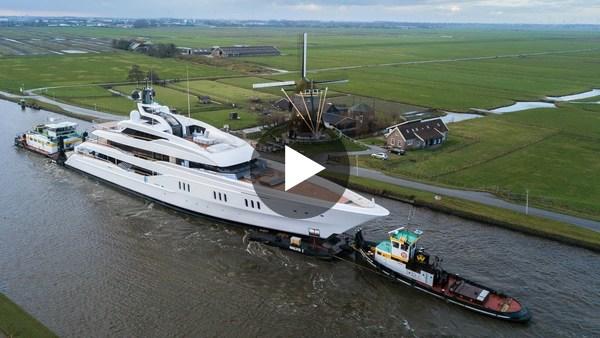 KAAG - Vanish verliet zaterdag de scheepswerf van Feadship en passeerde verschillende dorpen op weg naar Schiedam (video)