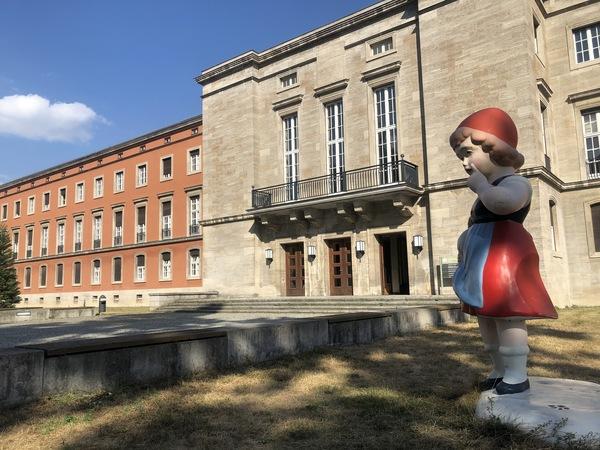 Rotkäppchen hebt den Zeigefinger vor der heutigen Universität Potsdam am Griebnitzsee. Foto: Peter Degener