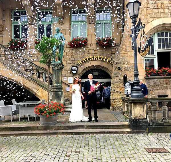 Maria Schwarz hat uns ein Bild von ihrer Hochzeit aus dem vergangenen Jahr unter Corona-Bedingungen geschickt. Dieses und weitere Bilder finden Sie in einer Galerie auf sn-online.de.