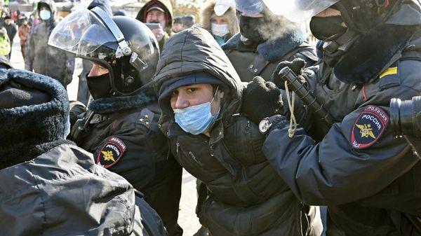 Proteste in Russland: Mehr als 4000 Festnahmen, Polizei setzt Tränengas und Elektroschocker ein