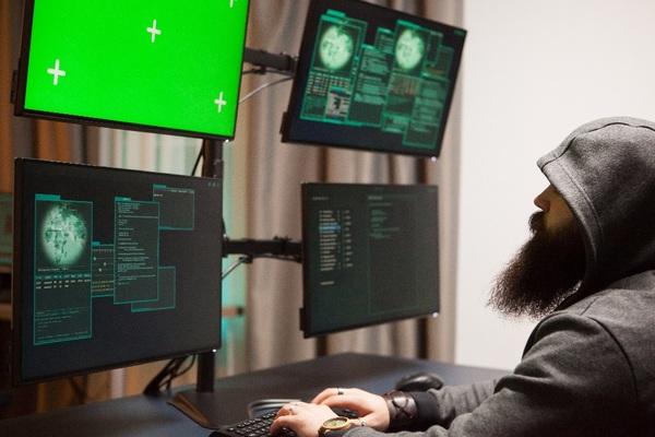 Un hacker, ça a un hoodie et des écrans avec des trucs verts dessus.