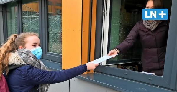 """Zeugnisausgabe in Corona-Zeiten: Die """"Giftblätter"""" gibt's aus dem Fenster"""