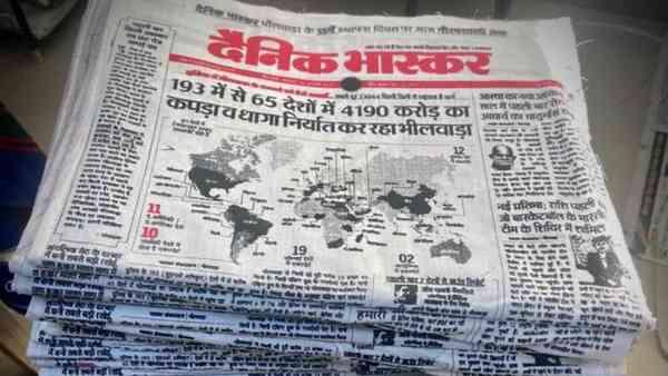 5. Indisk avis pakkes ind i stofomslag