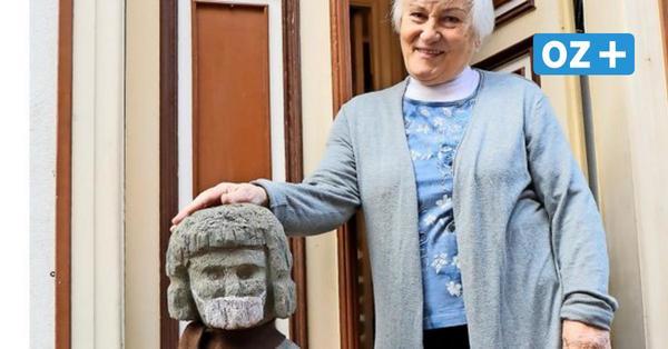 Holzskulptur mit Maske: Wie eine Stralsunder Hobbykünstlerin die Pandemie verarbeitet