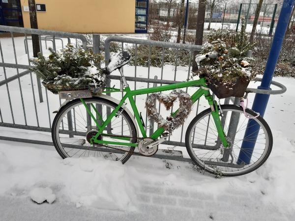 Dieses Blumenrad steht an der Verbindungsstraße. (Foto: Cora Meyer)