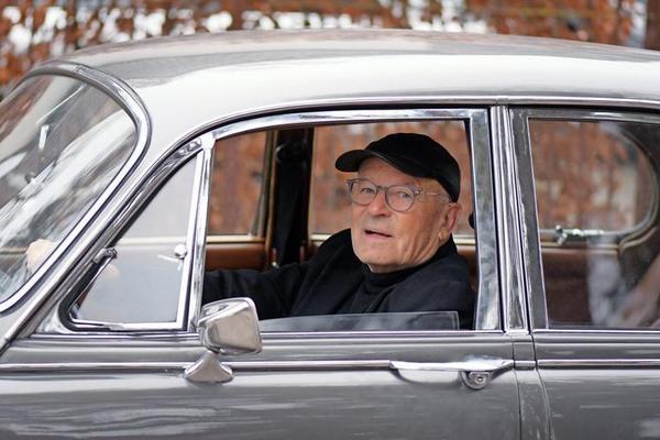 """""""Ich habe einen Rundumblick und muss mich nicht auf die Spiegel verlassen, die sowieso klitzeklein sind"""", sagt Schlöndorff über das Fahrgefühl in seinem Jaguar. Quelle: Bernd Gartenschläger"""