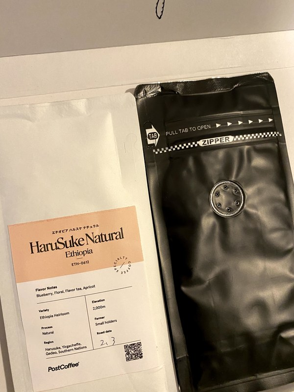 コーヒーの梱包。ジッパーを閉じたままでも香りが楽しめる穴があるのが粋。