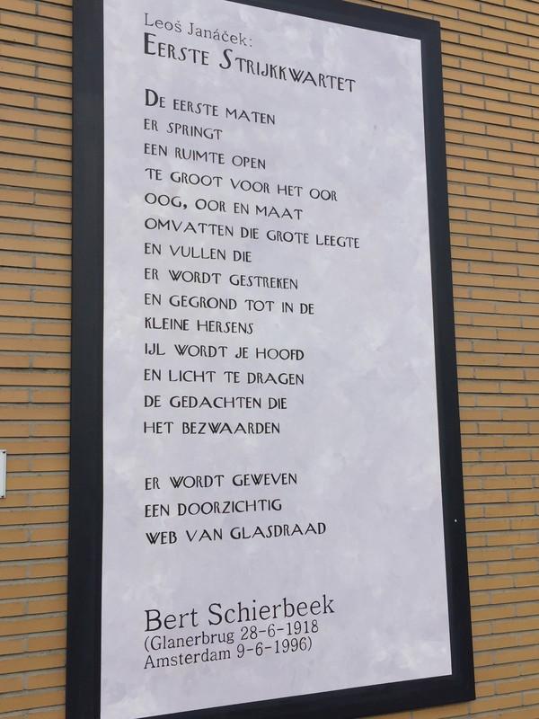 Liefdesverklaring en belofte ineen, aan de gevel van Schouwburg Hengelo (project Literatuur op de Hengelose muur van de stichting Hengelo Leest).