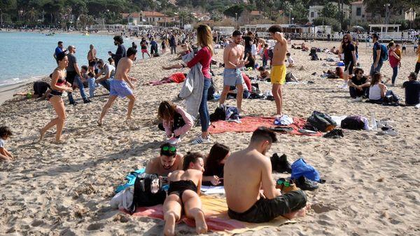 Sonne, 24 Grad und Corona-Lockerungen: Italien feiert am Strand und in Bars