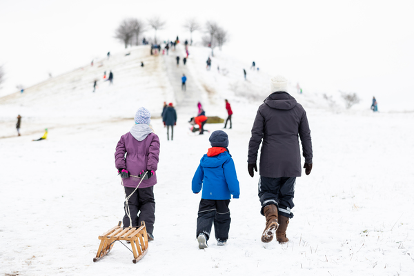 Viel Schnee heißt auch Schlittenfahren – mit Abstand selbstverständlich. (Foto: Moritz Frankenberg/dpa)