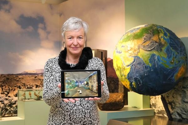Katja Lembke, die Direktorin des Landesmuseums Hannover, präsentiert den neuen Media Guide. (Foto: Tim Schaarschmidt)