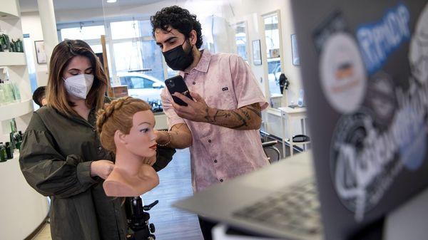 Haare selber schneiden im Lockdown: Tipps für die richtige Frisur trotz geschlossener Friseure