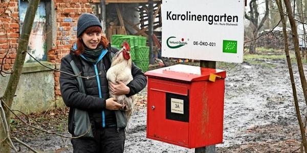 Paula Olschewski betreibt gemeinsam mit ihrem Mann Joscha direkt neben dem Karolinenhof zwischen Kuhhorst und Flatow den Karolinengarten. Foto: Enrico Kugler