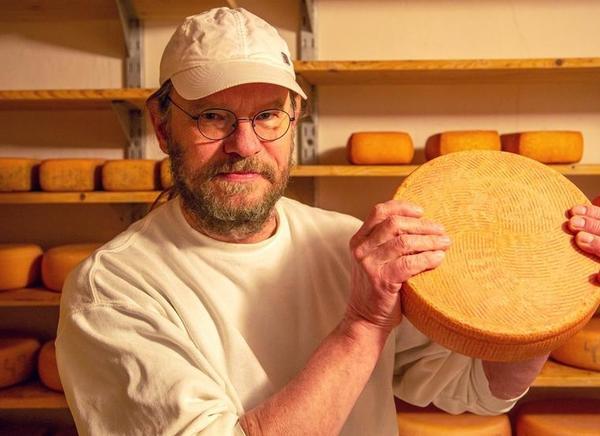 Sepp Steinbrecher mit einem gereiften Havelländer Käse.