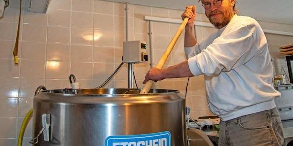 Im Käsekessel stellt der 56-Jährige die beliebten Sorten Luchkäse und Havelländer her.