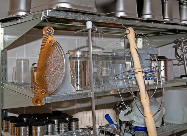 Eine Käseharfe (l.) zum Schneiden der Gallerte sowie ein Bruchrührer sind typische Handgeräte traditioneller Käseherstellung.