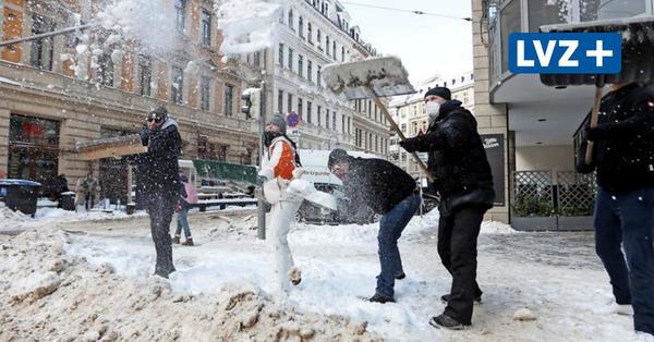 """""""Wir sind die Schippendales!"""" – Leipziger Gastwirte räumen Schnee von den Fußwegen"""