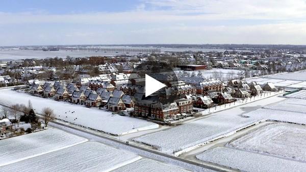 WOUBRUGGE - Dronebeelden van Woubrugge in de sneeuw (video)