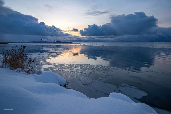Wieker Bodden mit Eis und Schnee bei Sonnenuntergang (Foto: Andrea Matysik)