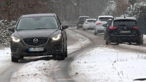 Autofahren bei Schnee, Eis und Kälte: Türen, Batterie, Fenster – das hilft bei Problemen