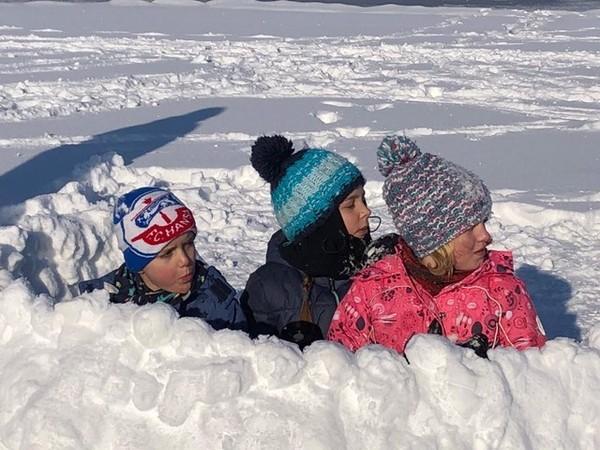 Marten, Liselotte und Alea genießen den Schnee.