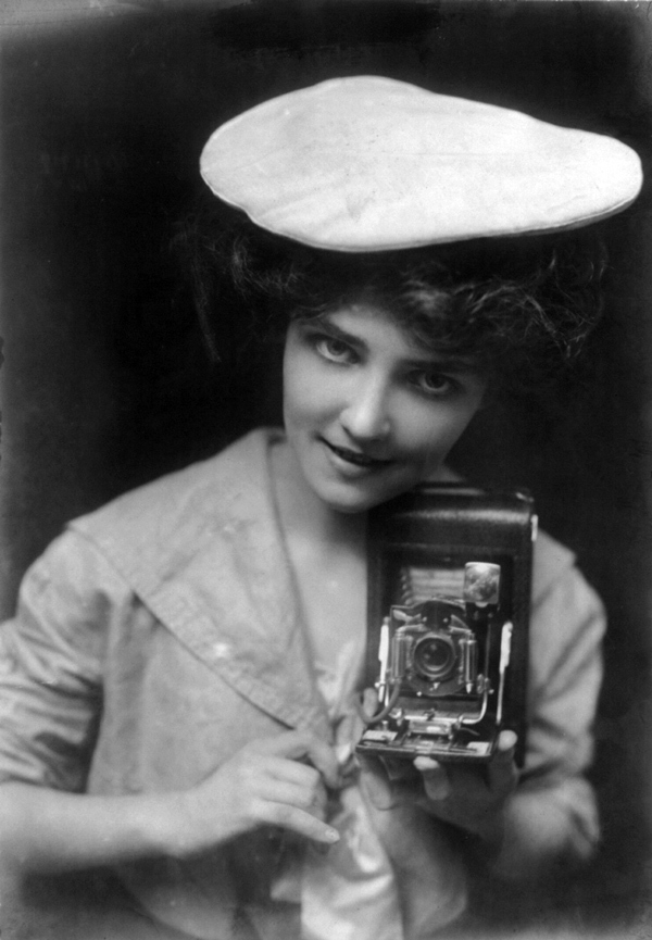 The Kodak Girl, 1909 [Public domain], via Wikimedia Commons