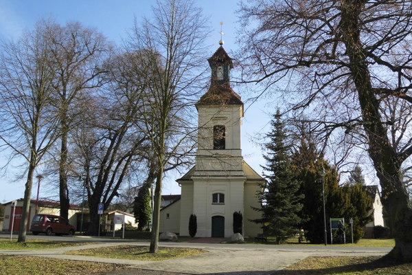 An der Kirche in Schönwalde-Dorf beginnt der Ausflug der Woche. Foto: Christiane Link