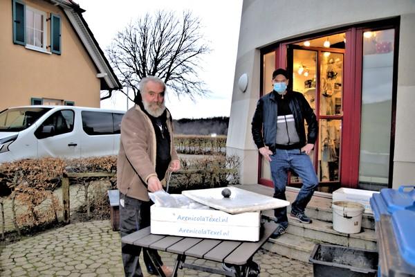 Wolfgang und Jonas Schoknecht übergeben in Wittenbeck Anglerbedarf auf Bestellung am Hinterausgang ihres Geschäftes. (Foto: Dietrich Grunzig)
