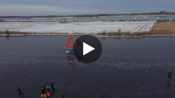 KAAG - Dronebeelden van schaatsen en ijszeiler (video)