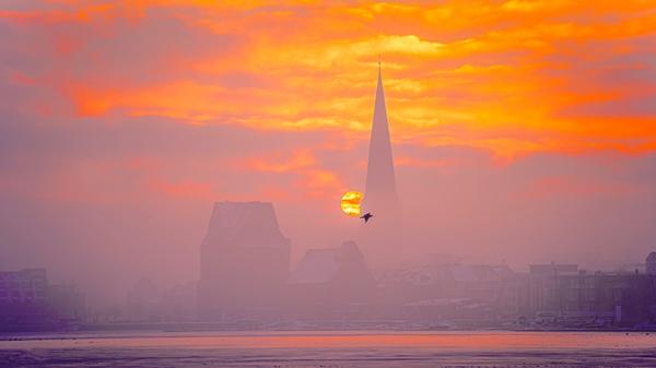 Betörend: Aufgehende Sonne über Rostock (Foto: Gunnar Rosenow)