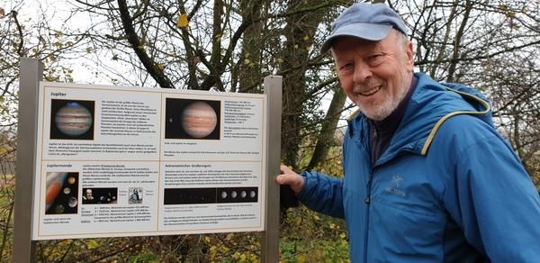 Wolfgang Haak auf dem Planetenwanderweg. (Foto: Bürstenbinder)