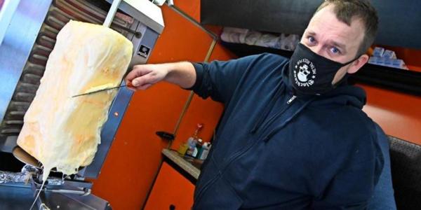 Erstmals am Sonnabend in Wustermark erhältlich: der Käse-Döner von Ronny Unger. Foto: Enrico Kugler