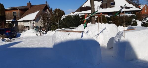 Anwohner der Straße Alter Graben in Bad Nenndorf haben den Schnee zu einer Eisbar aufgetürmt. Das Foto stammt von Leserin Marlies Matthias.