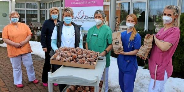 Süßer Dank: Bäckereien aus Wismarer Region spendieren Alltagshelden Hunderte Quarkbällchen