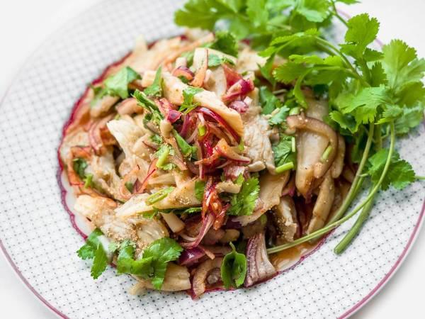 Thailändischer Pilzsalat mit Koriander