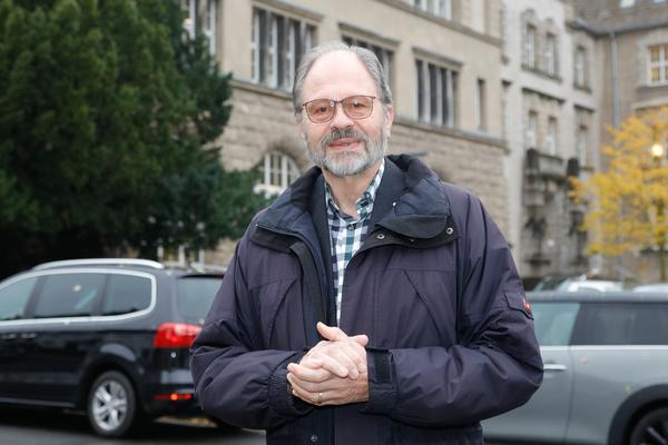 Mit Blick fürs Detail: Professor Carl-Hans Hauptmeyer widmet sich dem Dreißigjährigen Krieg. (Foto: Tim Schaarschmidt)
