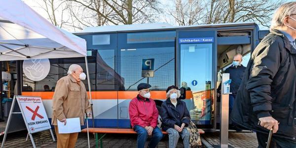 Impfbus versorgt hunderte Über-80-Jährige in Sachsen