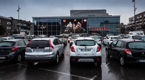 Un théâtre se réinvente en proposant du drive-in culturel - Met de auto naar een voorstelling