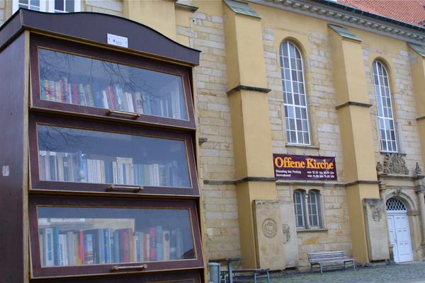 An der Neustädter Hof- und Stadtkirche steht einer der zahlreichen Bücherschränke Hannovers. (Foto: Marcel Schwarzenberger)