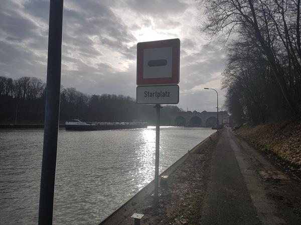 Vor der Schleuse in Anderten steht passenderweise ein Startsignal. (Foto: Bernd Haase)