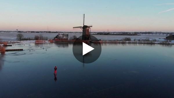RIJPWETERING - Schaatsers tijdens zonsondergang op de Kleipoel (video)