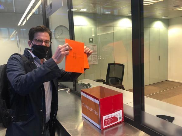 In het buitenland kon al gestemd worden. Hier Ruud Mikkers van De Telegraaf die z'n stem uitbrengt op de Nederlandse ambassade