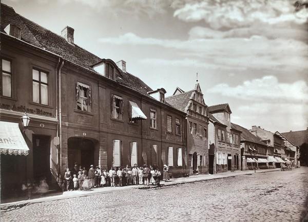 Noch bis in die 1870er Jahre hinein bot die Steinstraße in Brandenburg ein Straßenbild aus dem 17. und 18. Jahrhundert. (Repro: Hesse)