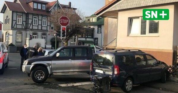 88-Jähriger rutscht beim Abbiegen mit 600-PS-Wagen vom Bremspedal: Kollision mit drei Autos
