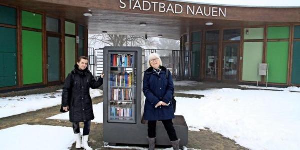 Bianka Tetzel-Hein (l.) und Erika Müller betreuen den Bücherschrank. Foto: Andreas Kaatz