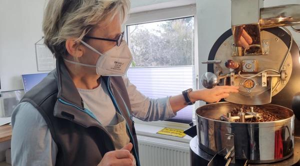 Mehr als ein Hobby: 30 bis 40 Kilogramm sortenreiner Kaffee werden momentan jeden Monat von Dorit Wilinski in Preetzen geröstet. Foto: Mareike Klinkenberg