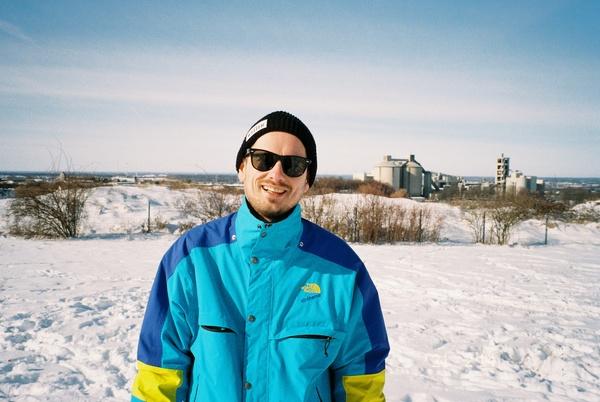 Im Hintergrund das Atlaswerk Paderborn. Im Vordergrund ich mit Mütze vom Das Wetter Magazin und Jacke aus der North Face Extreme Series.