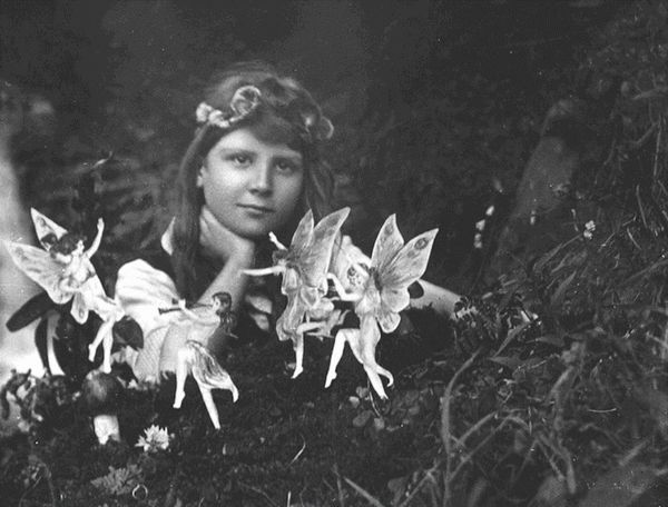 Cottingley Fairies, Elsie Wright and Frances Griffith, 1917.