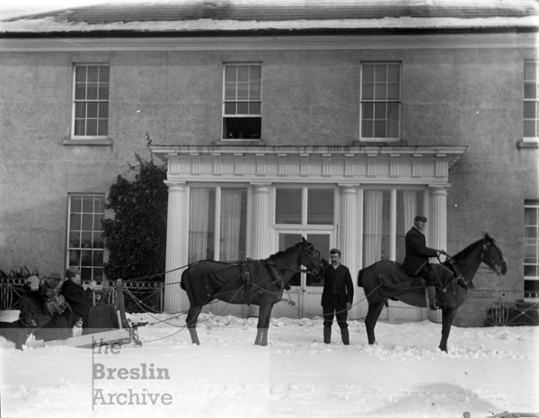 Horses and sleigh in snow in front of Woodlands House, Ballycanvan Big, County Waterford.