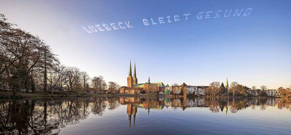 Flugzeuge hinterlassen Gruß am Himmel über Lübeck